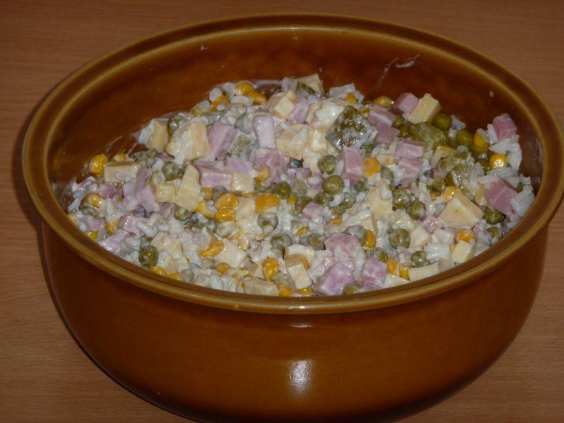Sałatka z ryżem, szynką i serem