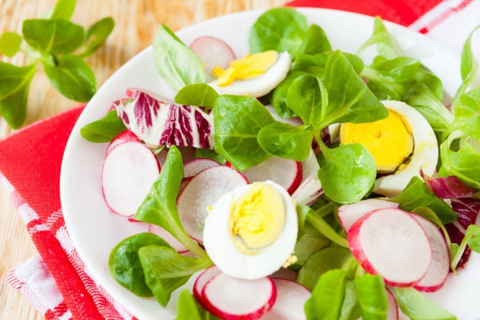 Sałatka wiosenna z jajkami i rzodkiewką