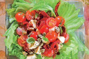 Sałatka z kaparami i suszonymi pomidorami