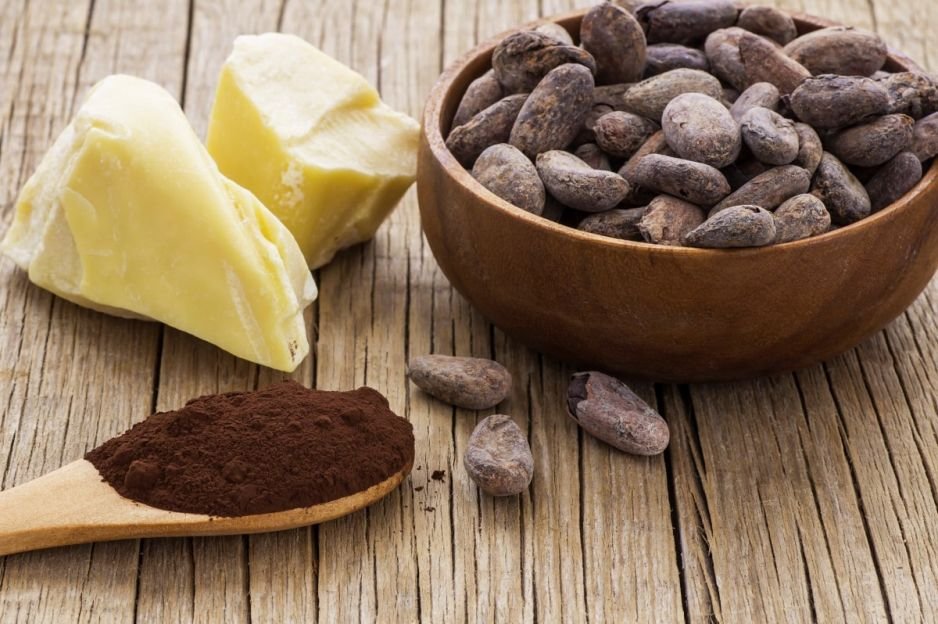 Czekolada powstaje z ziaren kakaowca, które są poddawane: