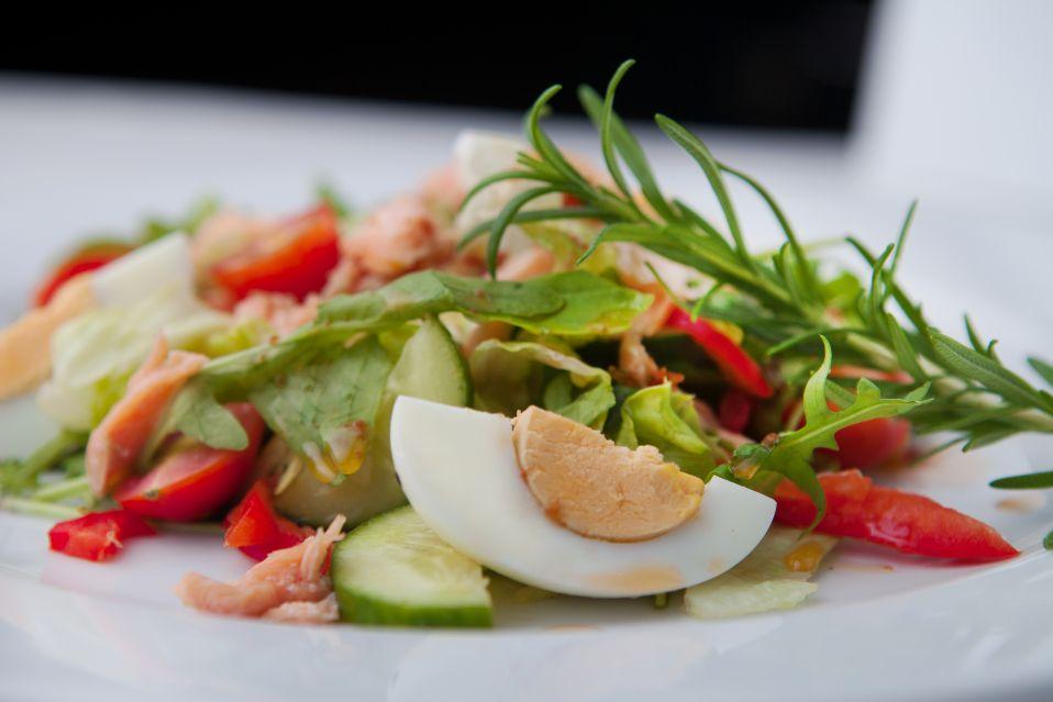 Wielkanocna fit sałatka ze słodkim winegretem, jajkiem i łososiem przepisu Konrada Gacy