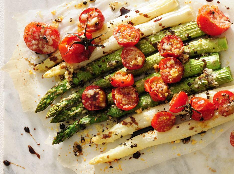 Pieczone szparagi z parmezanem i pomidorkami
