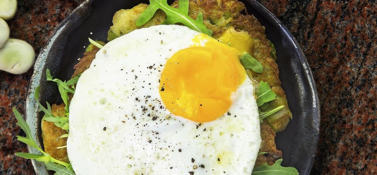 Placki ziemniaczane podawane z rukolą i jajkiem sadzonym